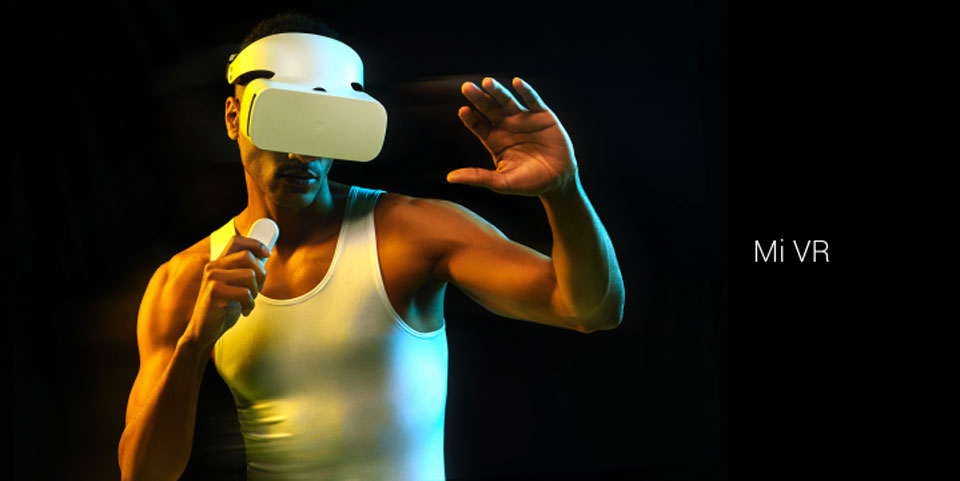 Mi VR Headset White человек